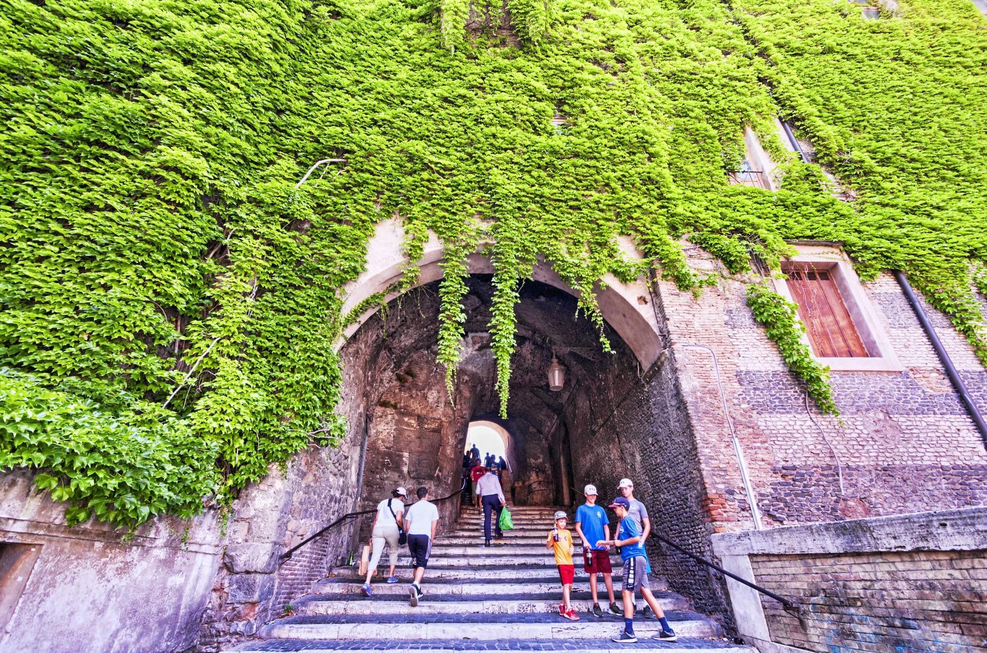 Salita dei Borgia Rione Monti Cosa fare a Roma la sera